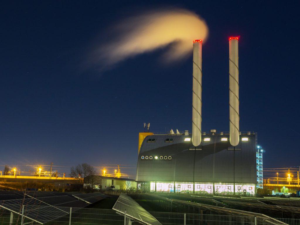 Beleuchtetes Fabrikgelände bei Nacht