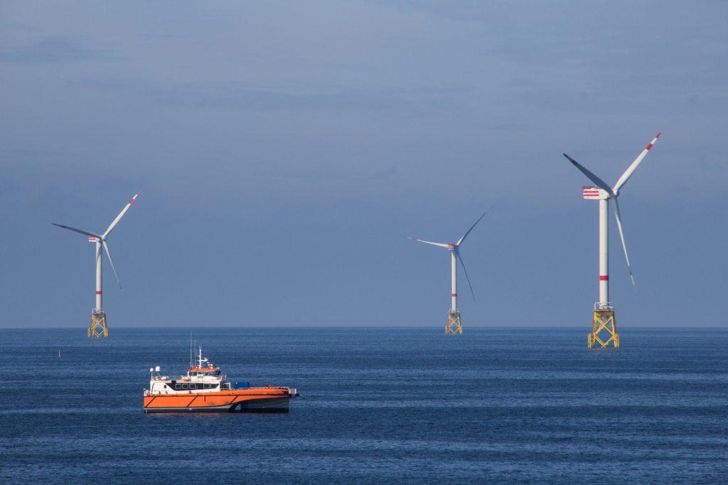 Offshore Windräder als Beispiel für die Vorteile von Windenergie
